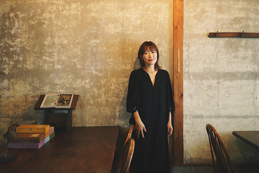 坂本美雨(さかもと みう)<br>5月1日生まれ。音楽に囲まれNYで育つ。1997年『Ryuichi Sakamoto featuring Sister M』名義でデビュー。音楽活動に加え、執筆活動、ナレーション、演劇など表現の幅を広げ、ラジオではTOKYO FMを始め全国ネットの「ディアフレンズ」のパーソナリティを2011年より担当。村上春樹さんのラジオ番組「村上RADIO」でもDJを務める。おおはた雄一さんとのユニット「おお雨(おおはた雄一+坂本美雨)」待望のファーストアルバム『よろこびあうことは』が2020年6月11日にリリースされた。動物愛護活動に長年携わり、著書「ネコの吸い方」や愛猫サバ美が話題となるなど、「ネコの人」としても知られる。2015年、出産。猫と娘との暮らしも日々綴っている。