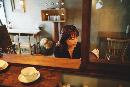 取材は、坂本がよく足を運ぶという学芸大学・Hummingbird Coffeeで行った。暖かみのある空間が好きで、娘のなまこちゃんとも訪れるという。