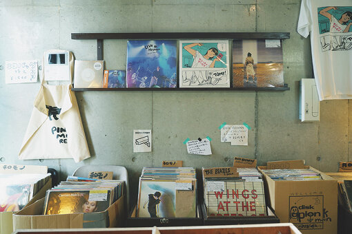 「カレーの店・八月」と同じビルの3Fにある、曽我部恵一がオーナーのレコードショップ「PINK MOON RECORDS」の店内