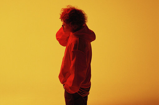 Vaundy(ゔぁうんでぃー)<br>作詞作曲からアレンジまでを自身で担当し、アートワークのデザインや映像もセルフプロデュースする20歳のマルチアーティスト。