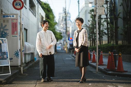 左から:矢部太郎、村山朝子<br>矢部太郎(やべ たろう)<br>お笑い芸人 / 漫画家。1977年生まれ。東京都出身。1997年に「カラテカ」を結成。芸人としてだけでなく、ドラマ、映画で俳優としても活動。初めて描いた、自身の体験をもとにした漫画『大家さんと僕』で『第22回手塚治虫文化賞』短編賞を受賞した。現在、小説新潮にて絵本作家である父・やべみつのりとの幼少期のエピソードを綴ったエッセイ漫画『ぼくのお父さん』を連載中。<br>村山朝子(むらやま ともこ)<br>茨城大学教育学部教授。1958年生まれ。静岡県出身。お茶の水女子大学文教育学部地理学科卒業。奈良女子大学大学院文学研究科修士課程修了。2009年より現職。社会科教育学、地理教育を専門とし、中学校社会の教科書執筆に携わる。スウェーデンの名作『ニルスのふしぎな旅』を地理の観点から研究。著書に『ニルスに学ぶ地理教育―環境社会スウェーデンの原点―』など。