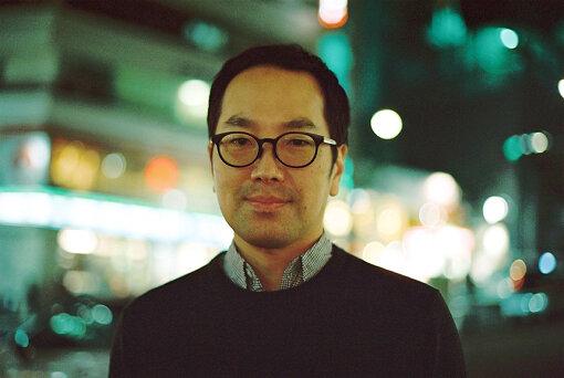 松井周(まつい しゅう)<br>1972年生、東京都出身。劇作家・演出家・小説家・俳優。2007年に劇団「サンプル」を旗揚げする。2017年『ブリッジ』(作・演出)をもって解体し、2018年より個人ユニット・サンプルとして再始動。2010年には蜷川幸雄率いるさいたまゴールド・シアターにて、『聖地』を書下し、同年『自慢の息子』(2010)で「第55回岸田國士戯曲賞」を受賞。2018年に同作品でフェスティバル・ドートンヌ・パリに参加した。近年の作品に『レインマン』(2018年 / 作・演出)、『ビビを見た!』(2019年 / 上演台本・演出)、inseparable『変半身(かわりみ)』(2019年 / 共同原案:村田沙耶香作・演出)など。