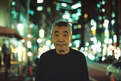 柄本明(えもと あきら)<br>1948年11月3日東京都生まれ。「自由劇場」を経て1976年に劇団「東京乾電池」を結成し、座長を務める。近年の出演作品には『ある船頭の話』、(2019年 / オダギリジョー監督)、自身が演出を務めた舞台『ゴドーを待ちながら』の稽古場を記録したドキュメンタリー『柄本家のゴドー』(2019年 / 山崎裕演出)。2011年「紫綬褒章」、2019年「旭日章」受勲。2011年「芸術選奨文部科学大臣賞」、2015年「第41回放送文化基金賞」番組部門「演技賞」受賞。