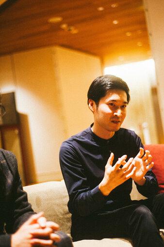 額田大志(ぬかた まさし)<br>作曲家、演出家。1992年東京都出身。東京藝術大学在学中に8人組バンド「東京塩麹」結成。2017年にリリースした1st Album『FACTORY』は、NYの作曲家スティーヴ・ライヒから「素晴らしい生バンド」と評された。また2016年に演劇カンパニー「ヌトミック」を結成。「上演とはなにか」という問いをベースに、音楽のバックグラウンドを用いた脚本と演出で、パフォーミングアーツの枠組みを拡張していく作品を発表している。