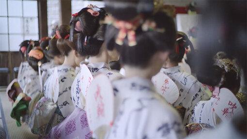 『髷まつり』は、様々な型の日本髪・島田髷を結い、浴衣を着た「髷娘」たちが手踊りをしながら歩く『島田髷道中』と、鵜田寺にて髷供養感謝祭が行われます。