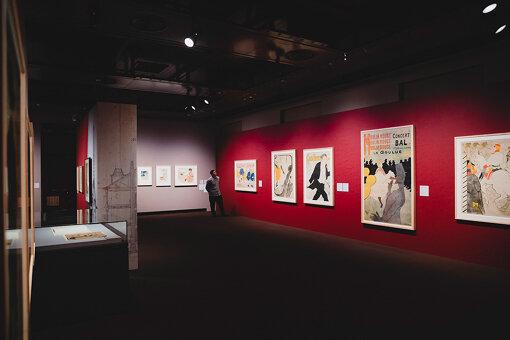 アンリ・ド・トゥールーズ=ロートレックの作品。1880年代後半からパリで流行し始めた、カラー・リトグラフ(多色石版画)で刷られた色彩豊かなポスターの技法を用いて、1891年にポスター作家としてデビュー。グラフィックアーティストとしても活躍した。長田さんは、ロートレックの大胆な色使いに強く惹かれている様子を見せた。
