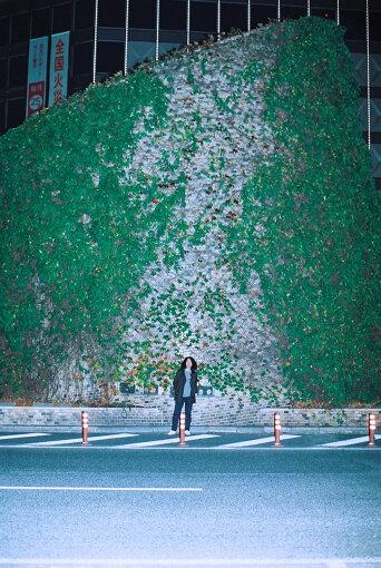 坂本慎太郎(さかもと しんたろう)<br>1967年9月9日大阪生まれ。1989年、ロックバンド・ゆらゆら帝国のボーカル&ギターとして活動を始める。2010年、ゆらゆら帝国解散後、2011年に自身のレーベル、「zelone records」にてソロ活動をスタート。2020年、2か月連続シングル『好きっていう気持ち』『ツバメの季節に』を7inch / デジタルでリリース。様々なアーティストへの楽曲提供、アートワーク提供他、活動は多岐に渡る。