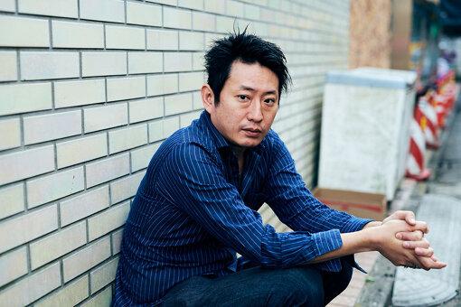谷賢一(たに けんいち)<br>作家・演出家・翻訳家。福島県生まれ、千葉県育ち。明治大学、イギリス・ケント大学で演劇学を学び、2005年に劇団DULL-COLORED POPを旗上げ。2016年にセゾン文化財団ジュニア・フェローに選出される。シルヴィウ・プルカレーテ、フィリップ・デュクフレ、シディ・ラルビ・シェルカウイなどの作品にも脚本や演出補などで参加している。2020年『福島三部作』にて第23回鶴屋南北戯曲賞、第64回岸田國士戯曲賞受賞。