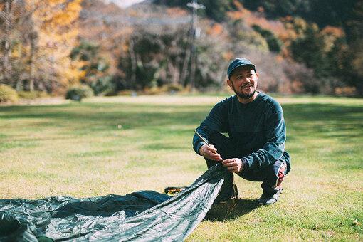 今回訪れた、芝生がきれいなこのキャンプ場は、山梨県の最東端に位置する「水源の森 キャンプ・ランド」。山根が運営する「ROOT」「NORDISK CAMP SUPPLY STORE SETAGAYA」などのショップで取り扱っているファッションブランド「MOUNTAIN RESEARCH」の代表・小林節正がディレクションし、2021年3月にグランドオープン予定