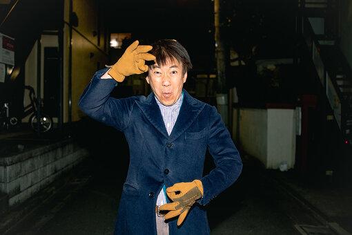 那須英彰(なす ひであき)<br>1967年3月、山形県生まれ。2歳の時に両全ろうとなる。幼い頃から映画と演劇に興味を持ち、大学時代に青森の劇団、後に日本ろう者劇団で計15年間、舞台出演。1995年NHK手話ニュースキャスターに抜擢され、NHK Eテレ「手話ニュース845」の毎週金曜日夜8時45分~9時に出演中。著書に『手話が愛の扉をひらいた』『出会いの扉にありがとう』(写真エッセイ)がある。2006年、カナダのトロント国際ろう映画祭2006で大賞・長編部門最優秀賞受賞した『迂路』という映画に主演。現在、講演、1人芝居活動中。