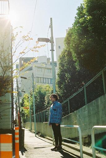 ROTH BART BARON(ロット バルト バロン)<br>シンガーソングライターの三船雅也が2008年に結成した日本のインディーフォークバンド。自主制作にて3枚のEPをリリースしたあと、5作のフルアルバムを発表。『FUJI ROCK FESTIVAL』や『SUMMER SONIC』など大型フェスにも出演。また、中国・台湾・モンゴルを回るアジア・ツアーや、NYやボストンなど北米7都市を回るUSツアーなど、海外でのツアーも精力的に展開。2020年10月、最新作『極彩色の祝祭』を発表した。