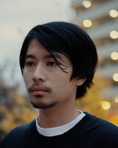 """山田智和(やまだ ともかず)<br>映画監督、映像作家。東京都出身。クリエイティブチームTokyo Filmを主宰、2015年よりCAVIARに所属。水曜日のカンパネラやサカナクションのミュージックビデオを手がけ、徐々に頭角を現して行く。2018年にはKID FRESINO""""Coincidence""""や、米津玄師""""Lemon""""、あいみょん""""マリーゴールド""""、星野源""""Same Thing (feat. Superorganism)""""など、数々の話題となったミュージックビデオを演出する。また、NIKE、SUNTORY、GMOクリック証券、TOD'S、PRADA、GIVENCHY、Valentino × undercover等の広告映像や、ファッション誌のビジュアル撮影も行うなど、その活動は多岐に渡る。渋谷駅で行われたエキシビション『SHIBUYA / 森山大道 / NEXT GEN』にて「Beyond The City」を発表。伊勢丹にて初の写真展『都市の記憶』開催。2020年はギャラクシー賞CM部門大賞、ACCディレクター賞、MTV VMAJ 2020の『最優秀ビデオ賞"""