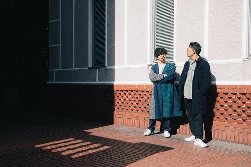 左:後藤正文(ごとう まさふみ)<br>1976年静岡県生まれ。ASIAN KUNG-FU GENERATIONのボーカル&ギター。新しい時代とこれからの社会を考える新聞『THE FUTURE TIMES』の編集長を務める。インディーズレーベル『only in dreams』主宰。2020年12月2日、Gotch名義でソロアルバム『Lives By The Sea』をデジタルリリース。3月3日にはCDとLPがリリースとなる。