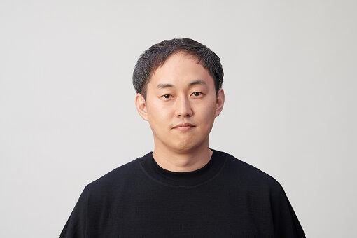 原田祐馬(はらだ ゆうま)<br>1979年大阪生まれ。UMA/design farm代表。大阪を拠点に文化や福祉、地域に関わるプロジェクトを中心に、グラフィック、空間、展覧会や企画開発などを通して、理念を可視化し新しい体験をつくりだすことを目指している。『グッドデザイン賞』審査委員、京都造形芸術大学空間演出デザイン学科客員教授。