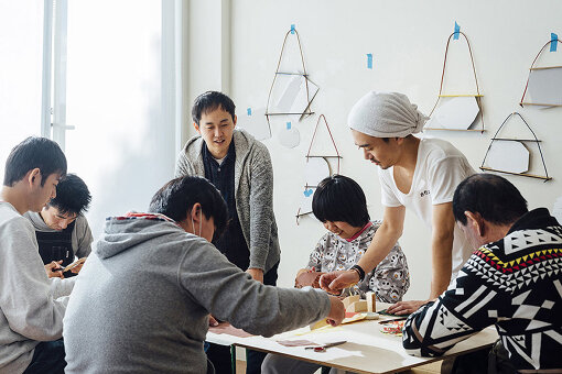 奈良県の福祉施設「たんぽぽの家」と共同で企画した、障害のある人たちの仕事づくりを実践する「Good Job! Project」(2012年~)の様子 / Photo:Michio Hayase