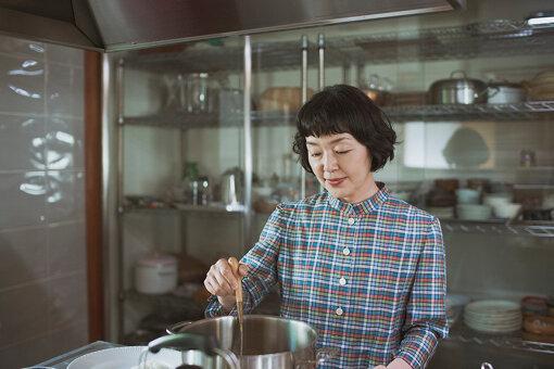小林聡美(こばやしさとみ)<br>1965年生まれ。東京都出身。1982年に出演した映画『転校生』で初主演を飾る。ドラマや映画などで女優として活躍する一方で、著書も多数出版。著書には『読まされ図書室』『散歩』『聡乃学習』などがある。映画の主な出演作は、『かもめ食堂』 『めがね』『ガマの油』『プール』『マザーウォーター』『東京オアシス』『紙の月』など。テレビドラマの主な出演作は、『やっぱり猫が好き』『すいか』『パンとスープとネコ日和』など。2021年1月15日からスタートしたWOWOWオリジナルドラマ『ペンションメッツァ』では、主人公のテンコ役として出演。