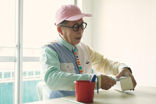 牛乳パックとストローを使った工作を紹介してくれた久保田。テレビで見ていたわくわくさんが目の前に。