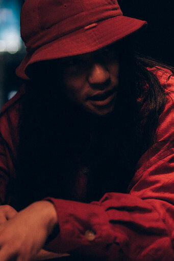 マヒトゥ・ザ・ピーポー<br>2009年、GEZANを大阪にて結成。バンドのボーカル・作詞作曲を担う。自主レーベル「十三月」を主宰し、野外フェス『全感覚祭』も開催。2018年に『Silence Will Speak』をリリースし、2019年6月には、同作のレコーディングのために訪れたアメリカでのツアーを追ったドキュメンタリー映画『Tribe Called Discord:Documentary of GEZAN』が公開された。2019年10月に開催予定だった主宰フェス『全感覚祭』東京編は台風直撃の影響で中止となったが、中止発表から3日というスピードで渋谷での開催に振り替えられた。1月29日に『狂(KLUE)』をリリース。マヒト個人もソロワークを展開し、青葉市子とのユニット・NUUAMM、文筆業など、多方面で活動中。