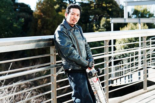 森田貴宏(もりた たかひろ)<br>東京都杉並区松ノ木出身のスケーター。極東最前線から斬新な映像作品を発表するビデオプロダクション、FESNの代表。2008年に発表した「overground broadcasting」は、国内だけでなく世界各国で賞賛を得た代表作。アパレルブランド、LIBE BRAND UNIVS.の代表も務める。現在は、ホームベースでもある中野でスケートボードをオリジナル制作する「FESN laboratory」を運営。
