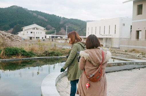 映像作家の小森はるかと、画家で作家の瀬尾夏美。2011年に、ボランティアとして東北沿岸地域を訪れたことをきっかけに、共にアートユニット「小森はるか+瀬尾夏美」での活動を開始。翌2012年、2人は岩手県陸前高田市に拠点を移し、2015年、仙台市で土地との協同を通した記録活動を行う一般社団法人NOOK(のおく)を立ち上げた。 / Photo by Iizuka Jun