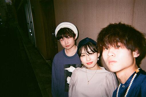 SWALLOW(スワロー) / 左から:種市悠人、工藤帆乃佳、安部遥音<br>2016年9月、青森県でバンド「No title」を結成。2017年7⽉から始まった、LINE社主催『LINEオーディション2017』で総合グランプリを獲得し、翌年2018年1月にデビュー。2020年6月1日、バンド名を「SWALLOW」に改名。2021年1月、シングル『ULTRA MARINE』を発表した。