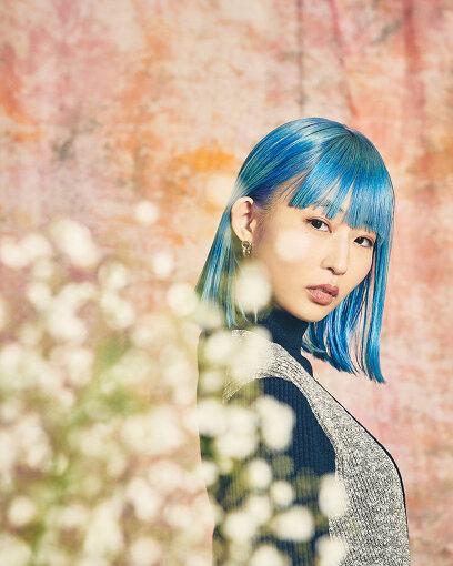 """PORIN<br>Awesome City Club(オーサム シティ クラブ)とは、2013年に東京で結成された男女ツインボーカルのグループ。ポップス、ロック、ソウル、R&B、ダンスミュージックなど、メンバーそれぞれの幅広いルーツをミックスした音楽を発信している。2015年4月にデビュー。さまざまなアーティストへの楽曲提供やプレイヤーとしてライブに参加するなど、メンバーは個々の活動も盛んに行っており、クリエイターやファッションブランドとのコラボレーションでも注目されている。映画『花束みたいな恋をした』にPORIN・メンバーが本人役で出演し、さらに映画のインスパイアソング""""勿忘""""は各配信サイトで上位にランクインするなど話題を呼んでいる"""