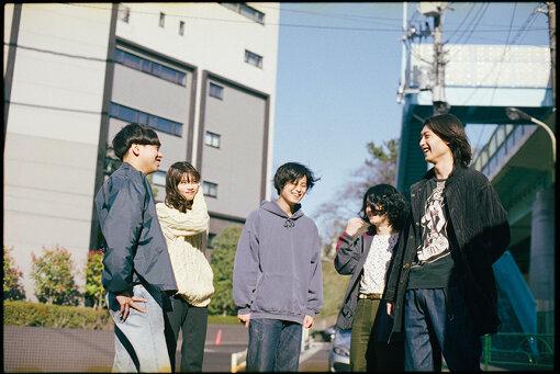 """No Buses(ノー バシーズ)<br>2016年結成。2018年4月に1stシングル『Tic』を発表。そのMVは日本にとどまらず世界中で高い評価を受け、夏には『SUMMER SONIC 2018』出演。2019年8月に初の海外公演を韓国で行う。9月にリリースされた1stフルアルバム『Boys Loved Her』は「タワレコメンオブザイヤー」を受賞した。2020年にはBIM""""Non Fiction feat. No Buses""""に参加にジャンルを超えたコラボで驚かせた。"""