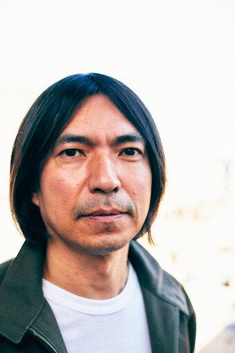 ふかわりょう<br>1974年8月19日生まれ。神奈川県横浜市出身。慶應義塾大学在学中の1994年にお笑い芸人としてデビュー。長髪に白いヘアターバンを装着し「小心者克服講座」でブレイク。後の「あるあるネタ」の礎となる。「シュールの貴公子」から「いじられ芸人」を経て、現在はMX『バラいろダンディ』のMCや『ひるおび!』のコメンテーターを務めている。また、ROCKETMANとして全国各地のクラブでDJをする傍ら、楽曲提供やアルバムを多数リリースするなど、活動は多岐に渡っている。著書に、アイスランド旅行記『風とマシュマロの国』など。