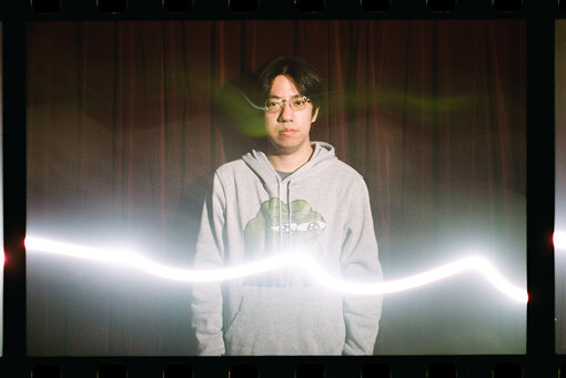 """入江陽(いりえ よう)<br>1987年、東京都新宿区生まれ。現在は千葉市在住。シンガーソングライター、映画音楽家、文筆家、プロデューサー、他。瀬々敬久監督『明日の食卓』、今泉力哉監督『街の上で』(どちらも2021年春公開予定)などで音楽を担当。『装苑』で「はいしん狂日記」、『ミュージック・マガジン』で「ふたりのプレイリスト」という連載を持つ。最新曲は""""週末[202009]""""。"""