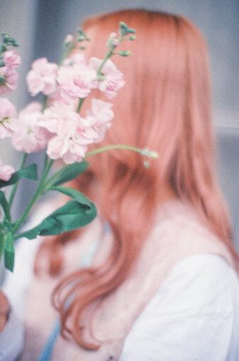 コレサワ<br>大阪府摂津市出身のシンガーソングライター。2017年8月、1stアルバム『コレカラー』でメジャーデビュー。中毒性のある声、ポップなメロディー、日常の風景を独自の視点で切り取った歌詞が話題に。メディアには顔だしはせず、素顔が見れるのはライブのみで、「れ子ちゃん」と言われるクマのキャラクターがビジュアルを担当する。2021年3月10日に3rdアルバム『純愛クローゼット』をリリースし、4月からライブツアー『コレサワ LIVE TOUR 2021 愛を着て、会いに来て。』を開催予定。