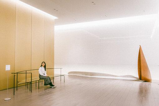 展覧会入り口にて。左:倉俣史朗のガラスのベンチ、右:田中信太郎のオブジェ『ソノトキ音楽ガキコエハジメタ』