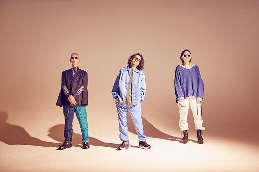 左から:John Natsuki、小原綾斗、AAAMYYY<br>Tempalay(テンパレイ)<br>『FUJI ROCK FESTIVAL』、アメリカの大型フェス『SXSW』を含む全米ツアー、アジア圏内でも各国ツアーを行うなど、自由奔放にシーンを行き来する新世代バンド。2020年12月9日、ワーナーミュージック内レーベル「unBORDE」よりメジャー第一弾シングル『EDEN』を配信リリース。2021年3月には、前作から約1年9か月ぶりとなる4thアルバム『ゴーストアルバム』をリリースする。