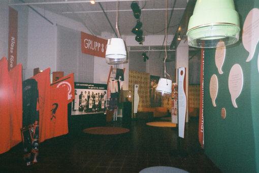 1970年代を中心に過去30年のスウェーデンのフェミニズム運動を振り返った展覧会『Kärlek, makt och systerskap(愛、権力、シスターフッド)』の展示風景 2002年、よこのなな撮影