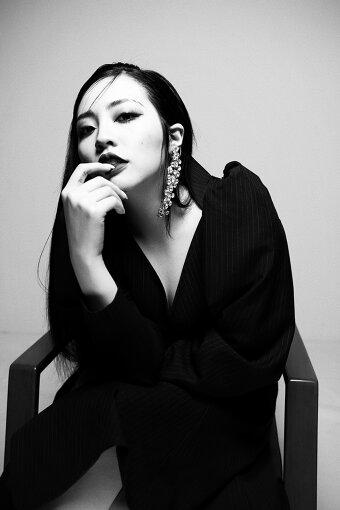 """ちゃんみな<br>⽇本語、韓国語、英語を巧みに操るトリリンガルラッパー / シンガー。17歳の時に制作した""""未成年 feat. めっし""""""""Princess""""の楽曲が⾼く評価され⼀躍注⽬を集め、翌年の2017年2⽉に『FXXKER』でメジャーデビュー。代表楽曲""""LADY""""""""CHOCOLATE""""""""Never Grow Up""""では各配信チャートで1位を獲得し、YouTubeでの総再生回数は約1億7千万回、TikTokでのハッシュタグ視聴はともに約1億5千万回で、国内外問わず同世代から圧倒的な支持を受ける、今最も注目すべきZ世代のアーティストの1⼈である。"""