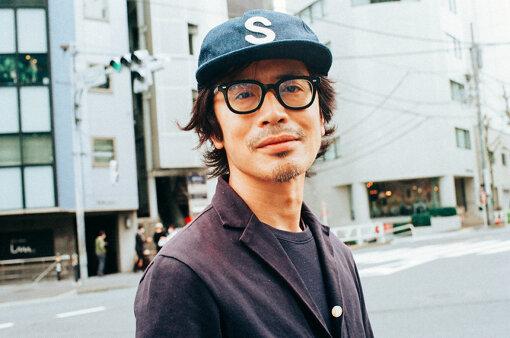 岸田繁(きしだ しげる)<br>作曲家 / くるり / 京都精華大学特任准教授。1976年4月27日生まれ。1996年9月頃、立命館大学(京都市北区)の音楽サークル「ロック・コミューン」にてくるりを結成。古今東西さまざまな音楽に影響されながら、旅を続けるロックバンドとして活動する。2021年4月28日、ニューアルバム『天才の愛』をリリース。