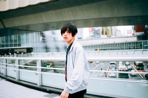 君島大空(きみしま おおぞら)<br>1995年生まれ日本の音楽家。ギタリスト。2014年から活動をはじめる。同年からSoundCloudに自身で作詞 / 作曲 / 編曲 / 演奏 / 歌唱をし多重録音で制作した音源の公開をはじめる。2021年4月21日、3rd EP『袖の汀』を発表。