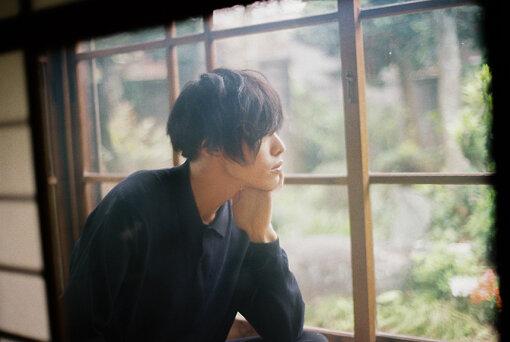 君島大空(きみしま おおぞら)<br>1995年生まれ日本の音楽家。ギタリスト。2014年から活動を始める。同年からSoundCloudに自身で作詞 / 作曲 / 編曲 / 演奏 / 歌唱をし多重録音で制作した音源の公開を始める。2019年3月13日、1st EP『午後の反射光』を発表。2019年7月5日、1stシングル『散瞳/花曇』を発表。2019年7月27日『FUJI ROCK FESTIVAL '19 ROOKIE A GO-GO』に合奏形態で出演。11月には合奏形態で初のツアーを敢行。2020年1月、Eテレ NHKドキュメンタリー『no art, no life』の主題曲に起用。同年7月24日、2ndシングル『火傷に雨』を発表。2021年4月21日、3rd EP『袖の汀』を発表。ギタリストとして吉澤嘉代子、高井息吹、鬼束ちひろ、adieu(上白石萌歌)などのアーティストのライブや録音に参加する一方、楽曲提供など様々な分野で活動中。