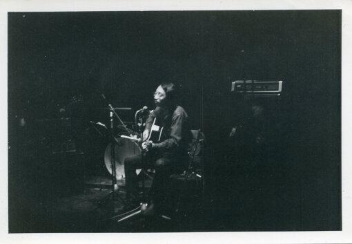 久保田麻琴(くぼた まこと)<br>1949年、京都市生まれ、石川県小松市出身。同志社大学経済学部在学中の1970年、URCより『アナポッカリマックロケ』でデビュー。1972年に結成した夕焼け楽団およびザ・サンセッツとして、ニューオーリンズファンクなどを独自のグルーヴで融合させ、ワールドミュージックブームの先駆けとなる。細野晴臣と親交が深く、Harry & Macとして『Road to Louisiana』(1999年)を発表するなど、作品にゲストミュージシャンとしても参加している。阿波踊り、岐阜県郡上白鳥の盆踊りなど日本の伝統音楽の録音 / CD制作も行う。