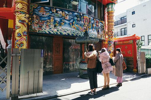 突如、左手に現れる台湾の寺院「媽祖廟(まそびょう)」