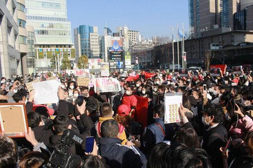 ミャンマーでクーデターが起こった2021年2月1日同日、東京青山の国連大学前で行われたデモにはおよそ1000人の在日ミャンマー人が集まった ©室橋裕和