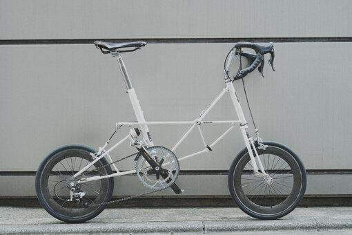 長岡が所有するイギリス製の自転車Alex Moulton