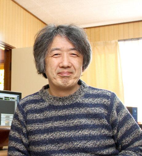 高橋健太郎(たかはし けんたろう)<br>1956年、東京生まれ。音楽評論家、音楽プロデューサー、レコーディング・エンジニア、音楽配信サイト「ototoy」の創設メンバーでもある。一橋大学在学中から『プレイヤー』誌などに執筆していたが、1982年に訪れたジャマイカのレゲエ・サンスプラッシュを『ミュージック・マガジン』誌でレポートしたのをきっかけに、本格的に音楽評論の仕事を始めた。1991年に最初の評論集となる『音楽の未来に蘇るもの』を発表(2010年に『ポップミュージックのゆくえ』として再刊)。1990年代以後は多くのアーティストとともに音楽制作にも取り組んだ。著書には他に『スタジオの音が聴こえる』(2015年)、2016年に発表したSF音楽小説『ヘッドフォンガール』がある。