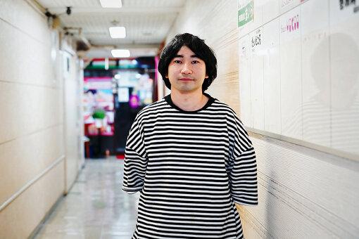和田永(わだ えい)<br>1987年生まれ。大学在籍中より音楽と美術の領域で活動を開始。2009年より年代物のオープンリールテープレコーダーを演奏するグループ「Open Reel Ensemble」を結成してライブ活動を展開する。2015年より、役割を終えた電化製品を楽器として蘇生させ、徐々にオーケストラ形づくっていく参加型プロジェクト「エレクトロニコス・ファンタスティコス!」を始動させ取り組んでいる。