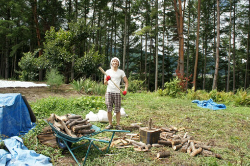 長野の大自然の中で薪を割る