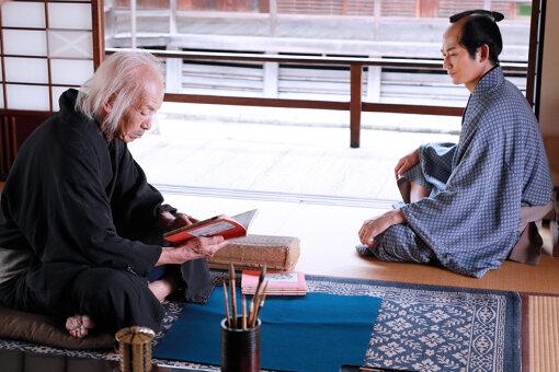 田中泯演じる葛飾北斎と、瑛太演じる柳亭種彦 ©2020 HOKUSAI MOVIE