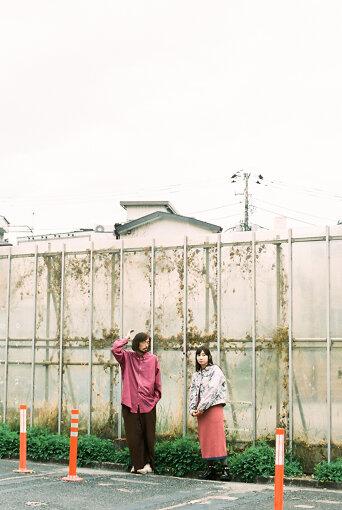 左:今泉力哉(いまいずみ りきや)<br>1981年生まれ、福島県出身。2010年『たまの映画』で長編映画監督デビュー。2013年『こっぴどい猫』がトランシルヴァニア国際映画祭で最優秀監督賞受賞。その他の長編映画に『サッドティー』(2014年)、『退屈な日々にさようならを』(2017年)、『愛がなんだ』(2019年)、『あの頃。』(2021年)など。2021年4月9日に、全編下北沢で撮影した映画『街の上で』が公開。