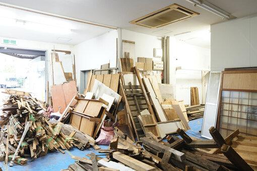 解体された高見澤邸の大量の部材 ©ヤン・ブラノブセキ