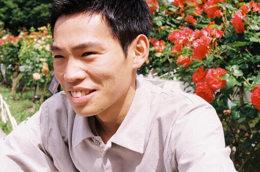 加賀翔(かが しょう)<br>1993年生まれ、岡山県出身。バイト先のコンビニで出会った賀屋壮也とともにお笑いコンビ「かが屋」を結成。『キングオブコント2019』に決勝進出。レギュラーには、RCCラジオ『かが屋の鶴の間』(毎週金曜23:30〜)などがある。5月30日(日)に単独ライブ『かが屋の!コント16本!2』が、ライブ配信にて開催。