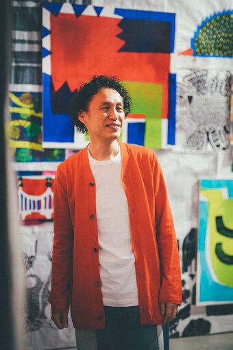 鈴木マサル(すずき まさる)<br>テキスタイルデザイナー。1968年、千葉県生まれ。多摩美術大学染織デザイン科卒業後、粟辻博デザイン室に勤務。1995年に独立し、2002年に有限会社ウンピアットを設立。2004年からファブリックブランド「OTTAIPNU(オッタイピイヌ)」を主宰。自身のブランドのほかに、フィンランドの老舗ブランド「マリメッコ」のデザインを手がけるなど、国内外のさまざまなブランドのプロジェクトに参加している。