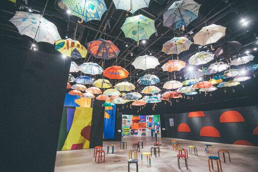 展示会場の天井には、鈴木がデザインを手がけた傘が約122本も吊るされている